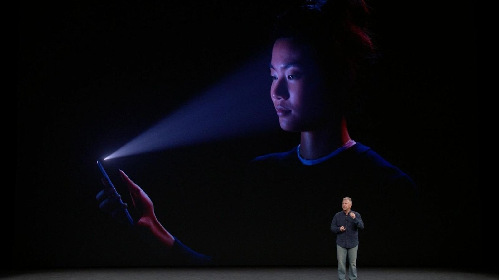 10 yaşlı oğlan Face ID vasitəsilə iPhone X-i rahatlıqla aktiv etdi (VİDEO)