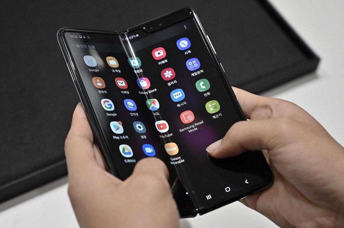 Apple şirkəti qatlana bilən smartfonların əsas problemlərini həll edəcək texnologiyanın patentini aldı