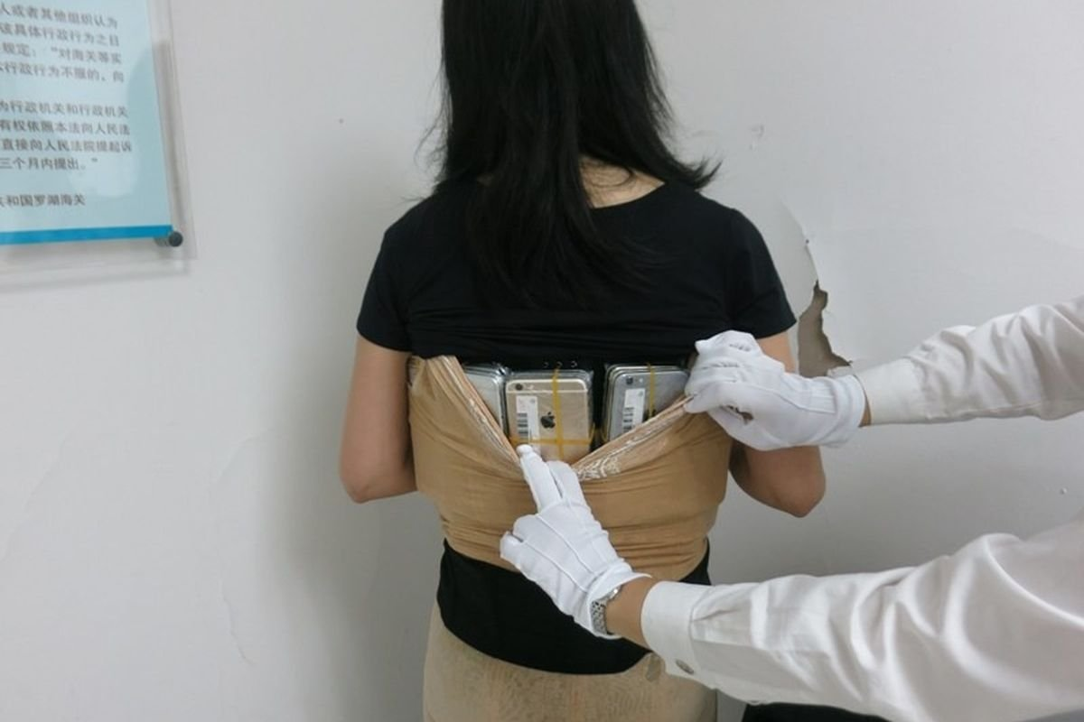 Bədənində 102 ədəd iPhone-nu gömrükdən keçirtmək istəyən qadın yaxalandı