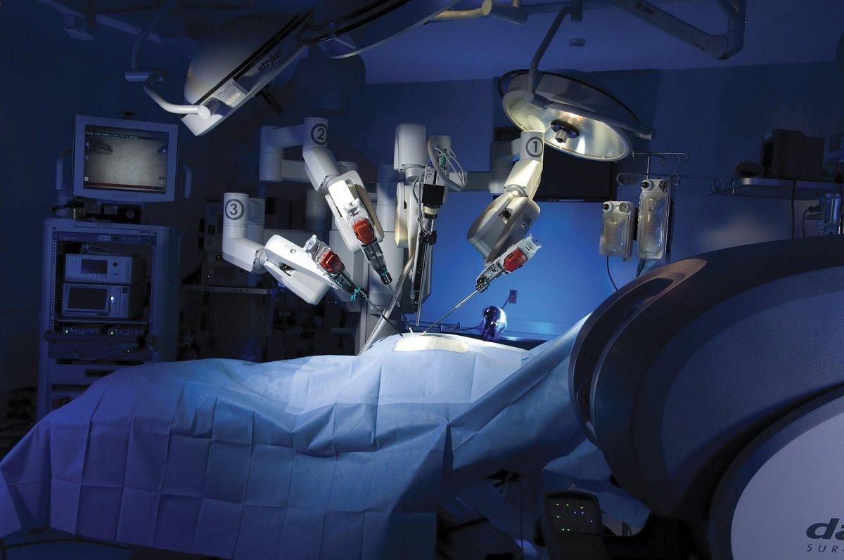 Dünyada ilk dəfə cərrah həkim robot vasitəsilə uzaq məsafədən ürək əməliyyatı keçirtdi