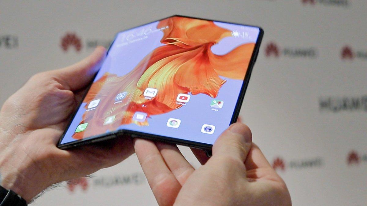 Qatlana bilən Huawei Mate X'in ekranı şaxtalı havaya tab gətirmir