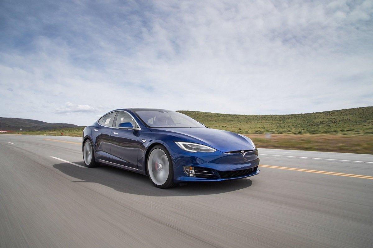 Tesla avtopilotu saatda 140 km sürətlə polisdən qaçmaq istəyib: Sürücü yatmış vəziyyətdə olub