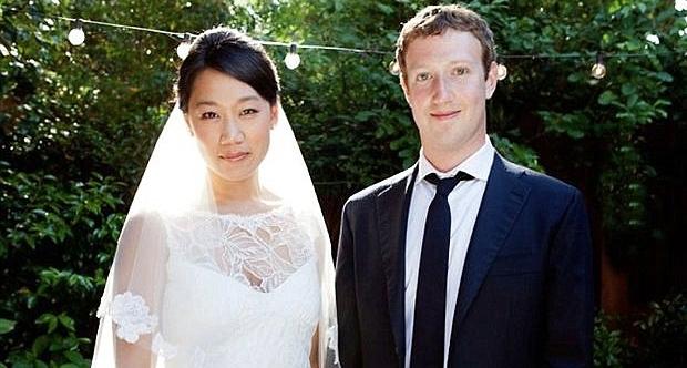 Mark Zuckerberg ata olmağa hazırlaşır.
