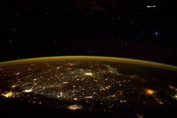 Kosmonavtın Twitter-də paylaşdığı şəkildə uçan naməlum obyekt görünür