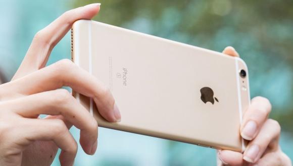 Apple CEO\'su Tim Cook, iPhone\'u biabır etdi!