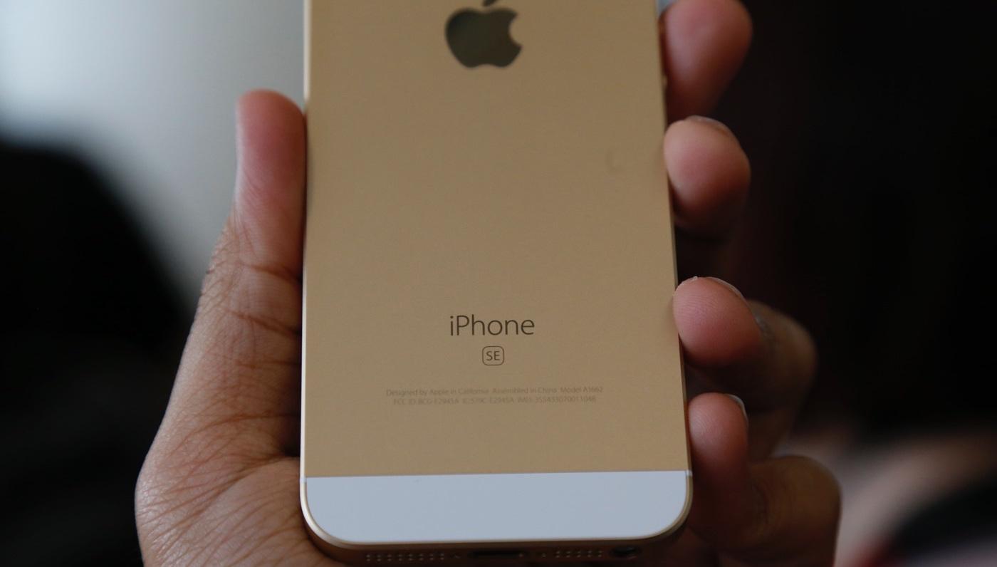 """iPhone SE\'dəki """"SE"""" əlavəsinin mənasına verilən 10 ən gülməli cavab."""