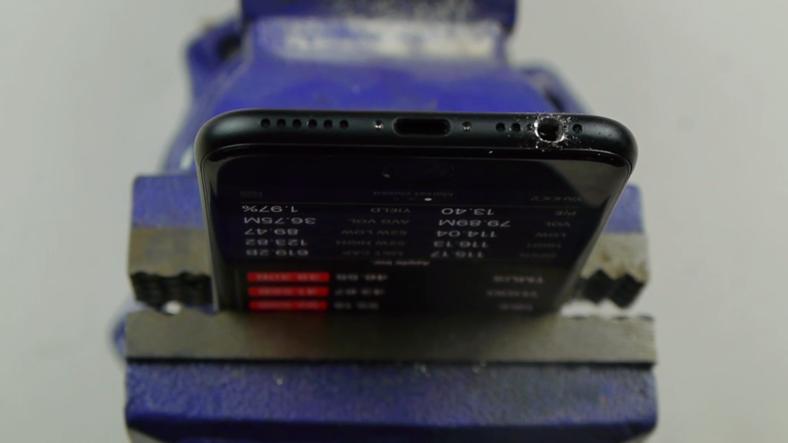 iPhone 7-yə Çox Fərqli Üsul İlə Qulaqlıq Girişi Açan Adam (VİDEO)